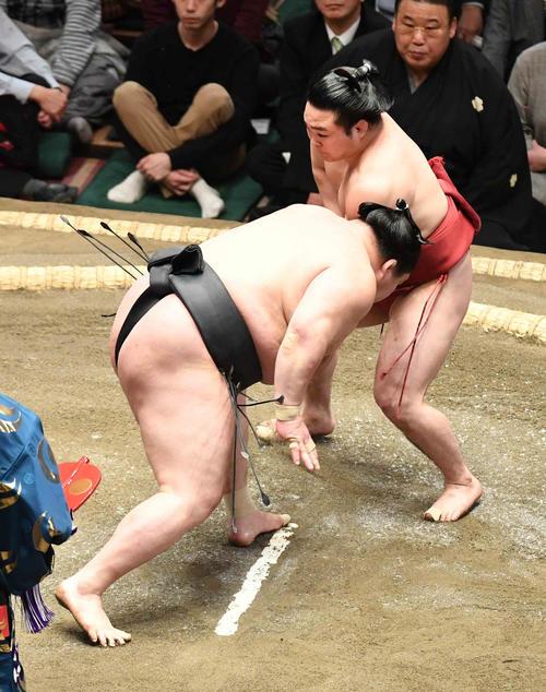 炎鵬(右)は立ち合い後に豪栄道の右に変化する(撮影・小沢裕)