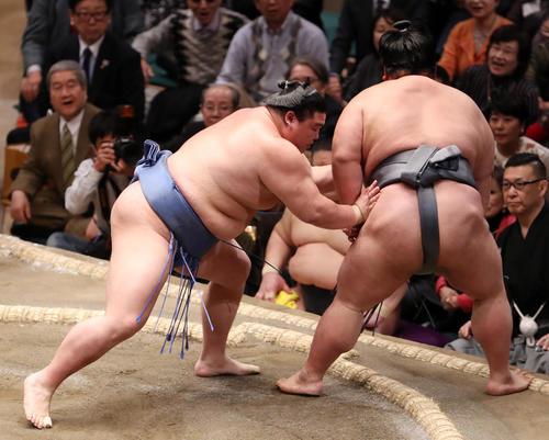 貴景勝(右)を突き落としで破る正代(撮影・狩俣裕三)