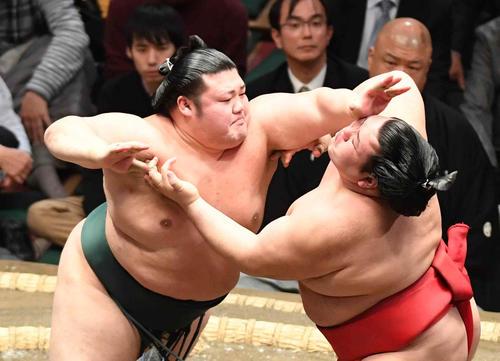豊山(左)は阿武咲を突き押しで攻める(撮影・小沢裕)