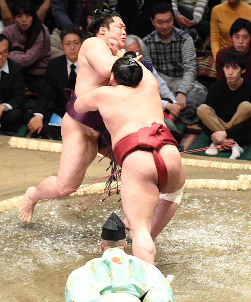 遠藤(左)は阿炎に突き出しで敗れる(撮影・小沢裕)