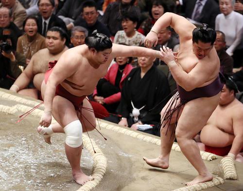 遠藤(右)を突き出しで破る阿炎(撮影・狩俣裕三)