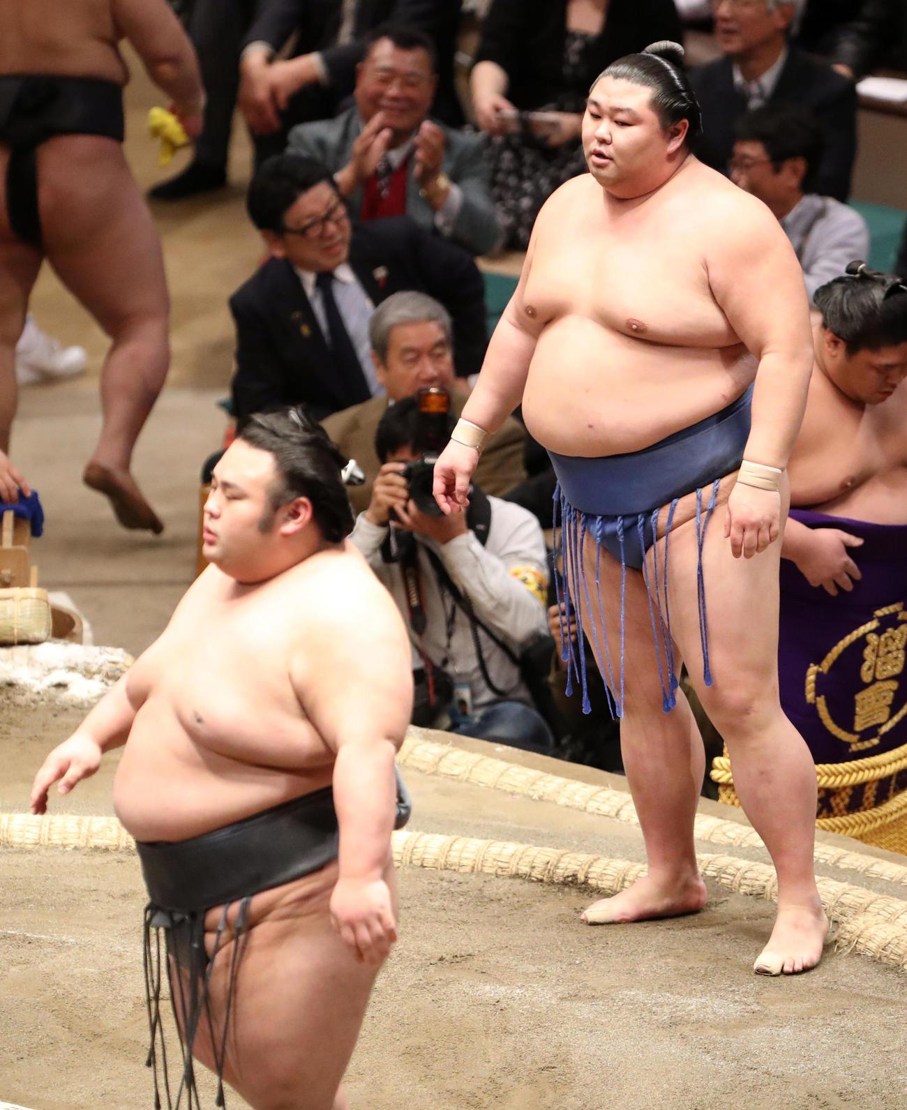 取り組み後、ぶぜんとする貴景勝(左)に目をやる正代(撮影・狩俣裕三)