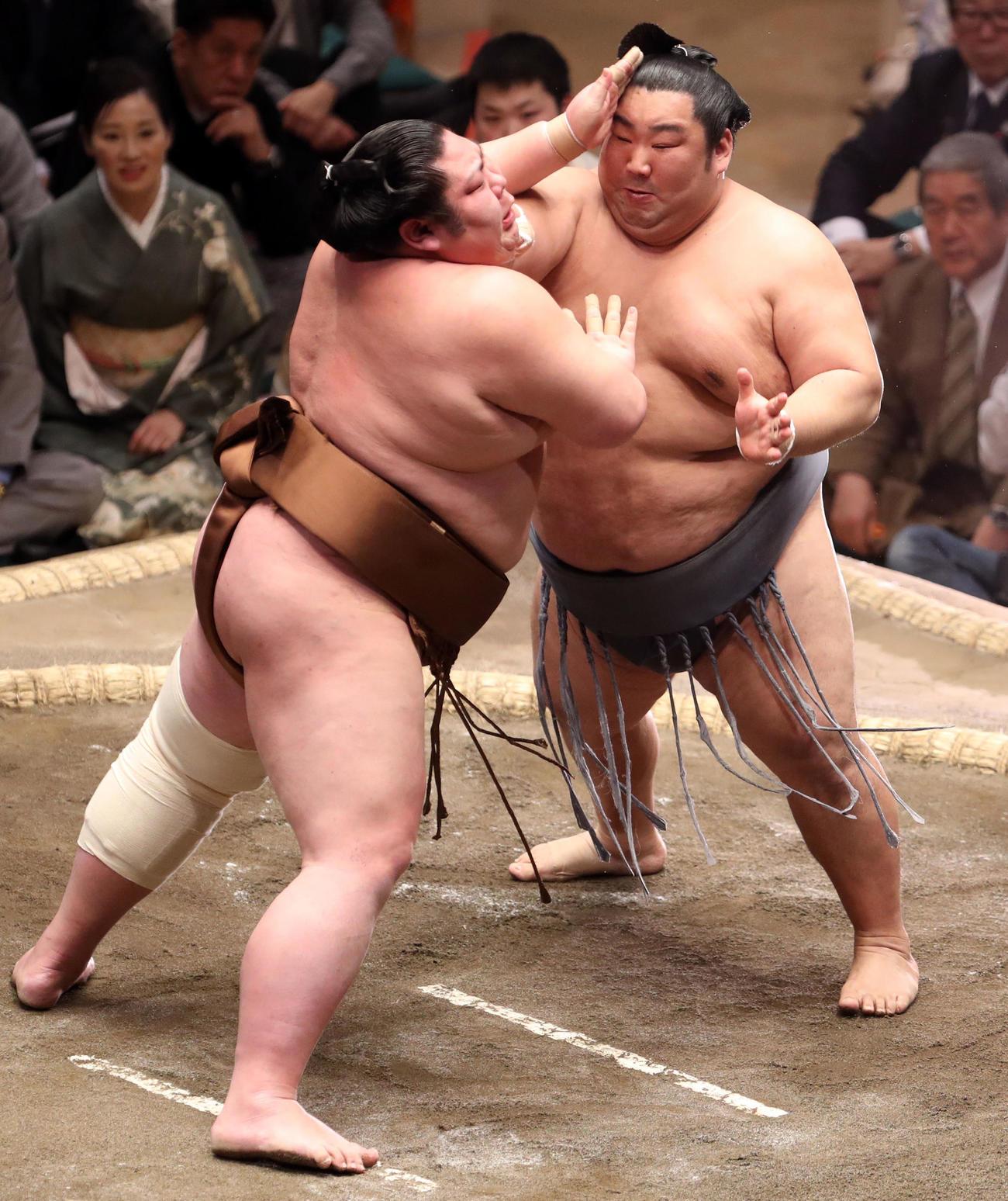 剣翔(左)を寄り切りで破る徳勝龍(撮影・狩俣裕三)