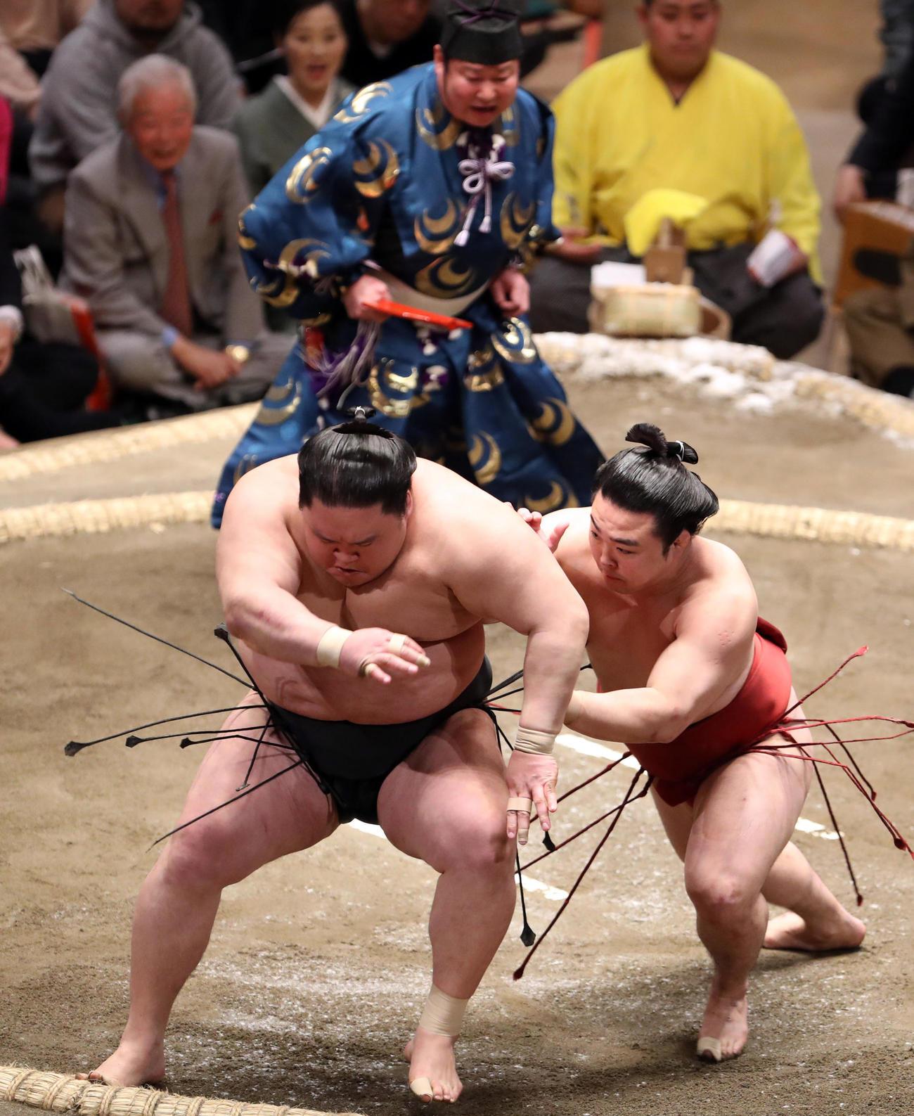 豪栄道(左)を押し出しで破る炎鵬(撮影・狩俣裕三)