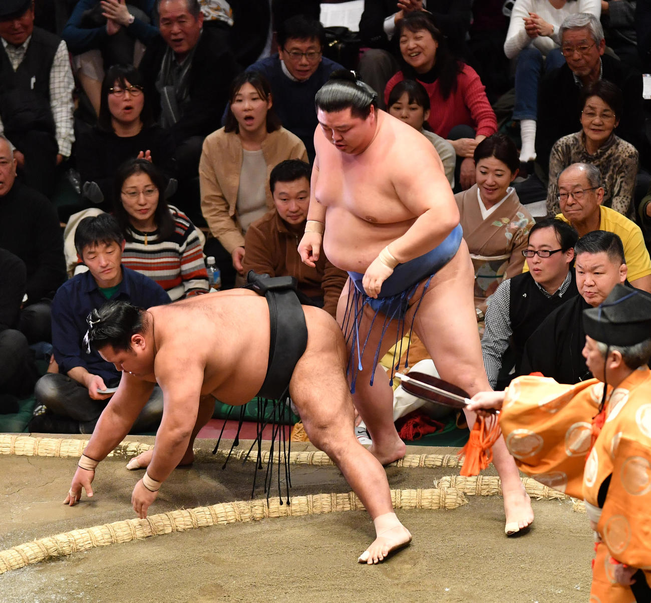 正代(右)は松鳳山を寄り切りで破る(撮影・柴田隆二)