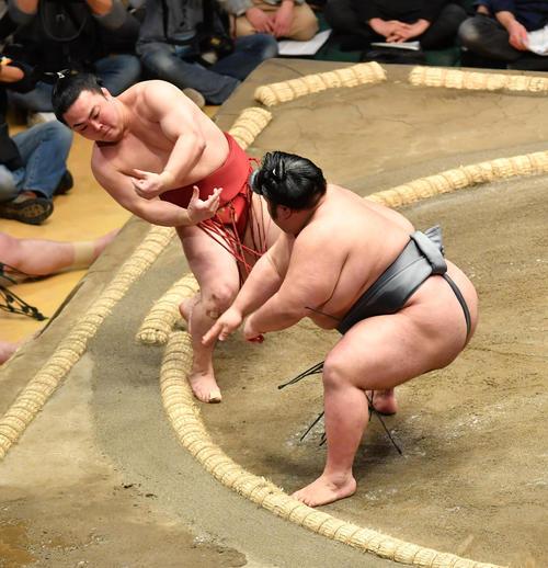 貴景勝(右)は炎鵬を押し出しで破る(撮影・柴田隆二)