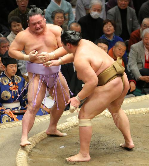 琴恵光(左)を突き出す輝(撮影・河田真司)