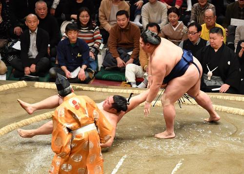 御嶽海(右)は遠藤を上手出し投げで破る(撮影・柴田隆二)
