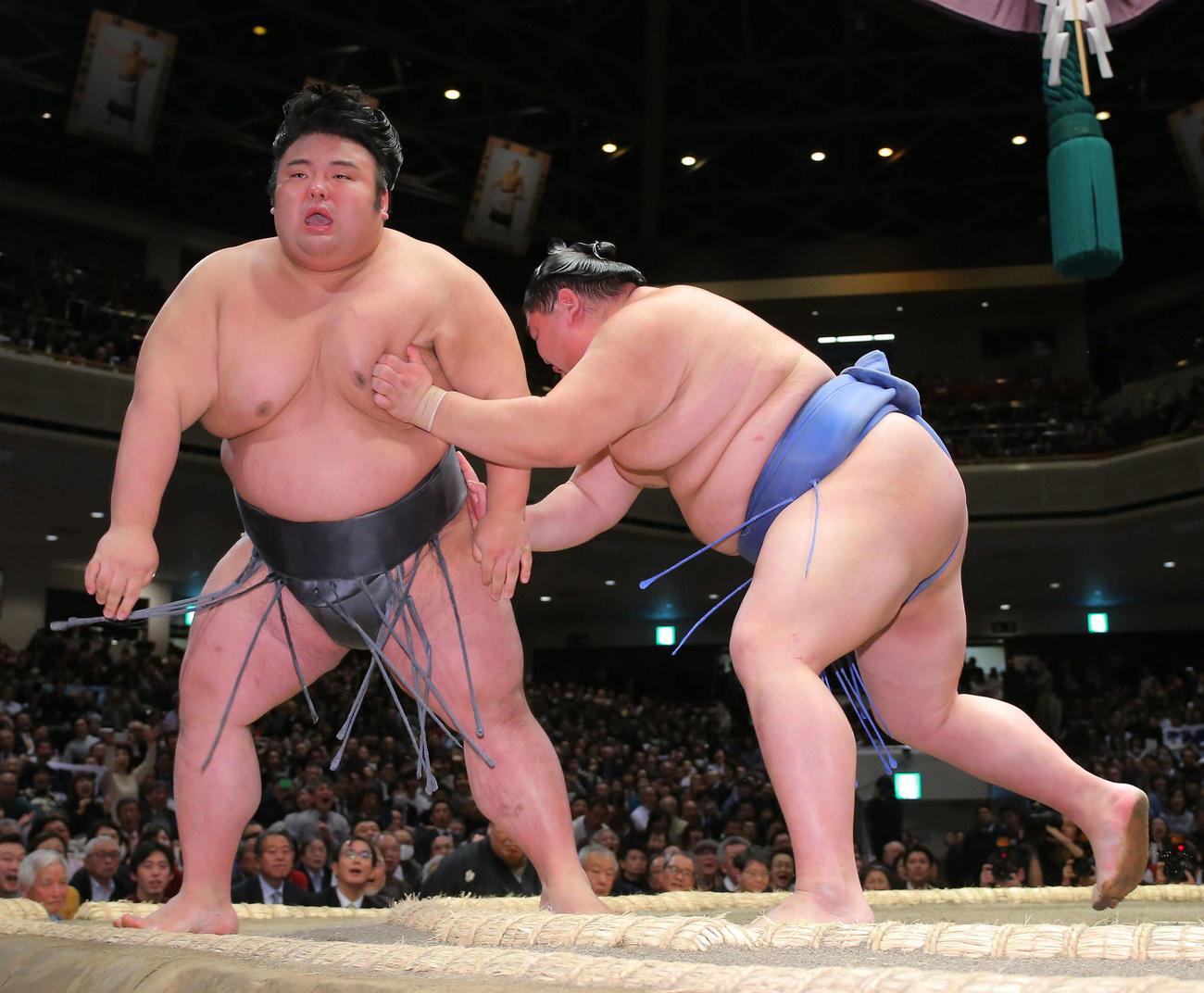 貴景勝(左)を突き落としで破る正代