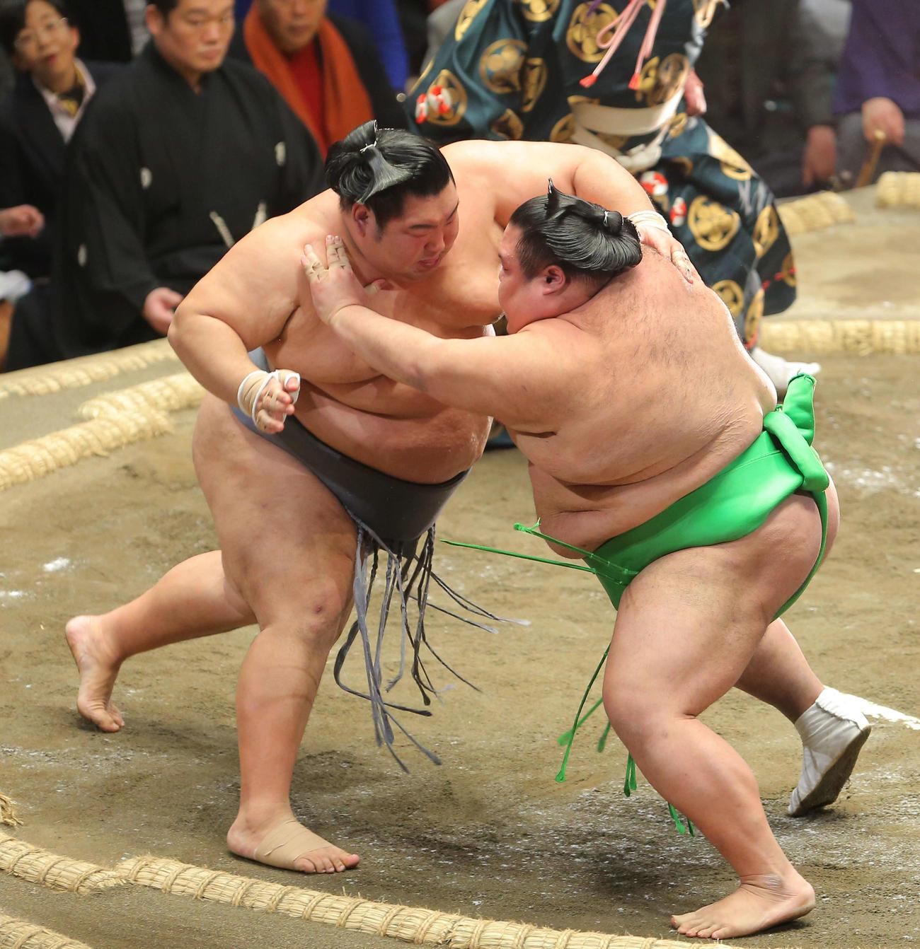 千代丸(右)を攻める徳勝龍(撮影・河田真司)