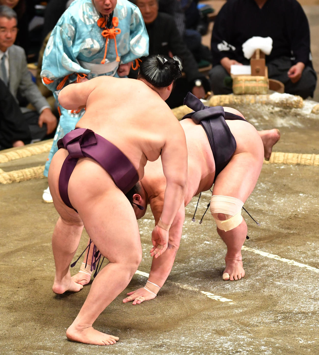 遠藤(左)は妙義龍を引き落としで破る(撮影・柴田隆二)