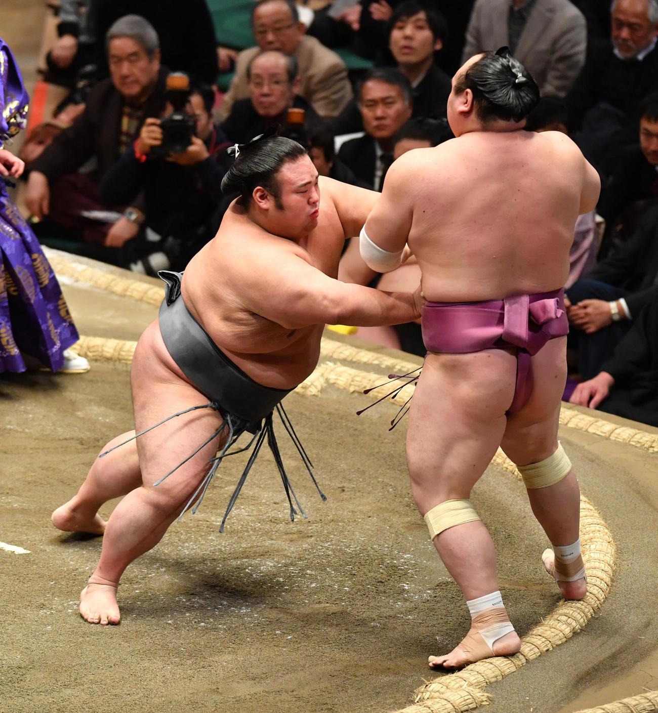 貴景勝(左)は宝富士を押し出しで破る(撮影・柴田隆二)