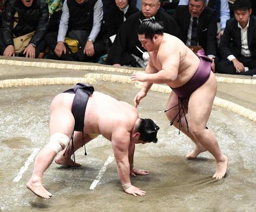 遠藤(右)は引き落としで妙義龍を破る(撮影・山崎安昭)