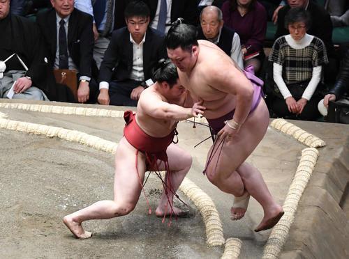 炎鵬(左)は朝乃山を押し出しで破る(撮影・山崎安昭)