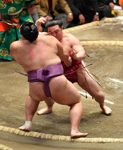 炎鵬(右)は朝乃山を押し出しで破る(撮影・柴田隆二)