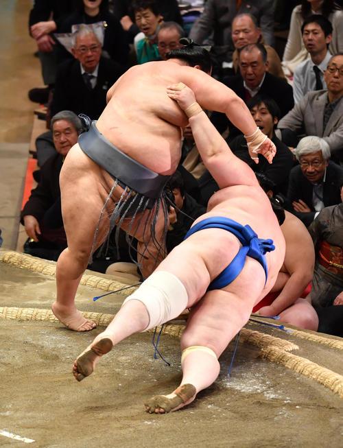 徳勝龍(左)は碧山を突き落としで破る(撮影・柴田隆二)