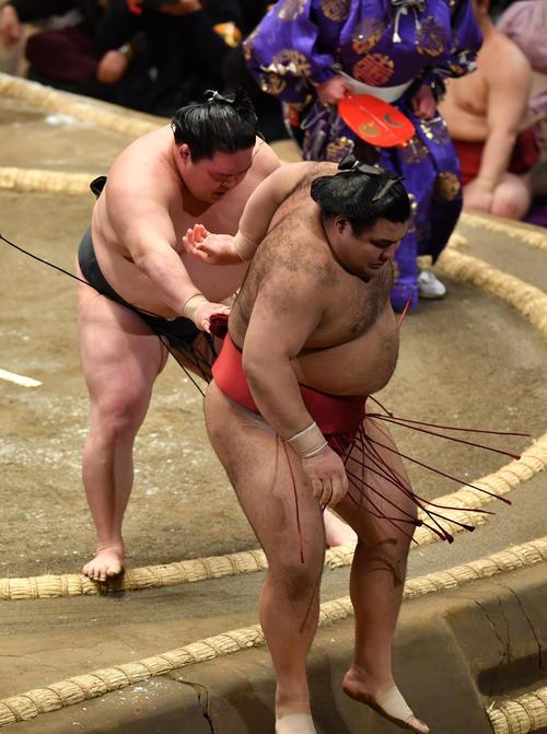 豪栄道(左)は高安を寄り切りで破る(撮影・柴田隆二)