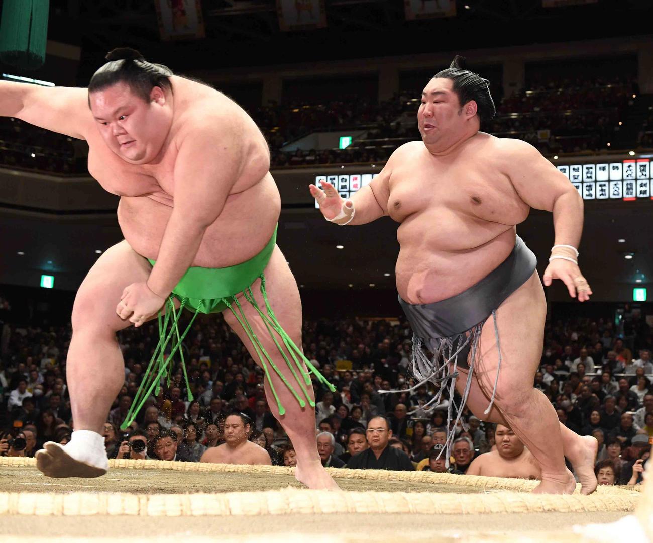 徳勝龍(右)は千代丸を押し出しで下す(撮影・小沢裕)
