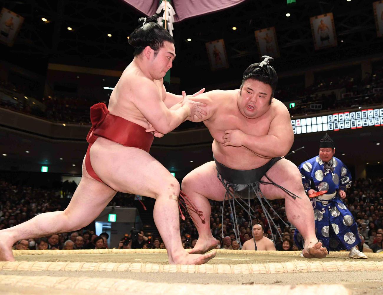 貴景勝(右)は炎鵬を押し出しで下し勝ち越しを決める(撮影・小沢裕)