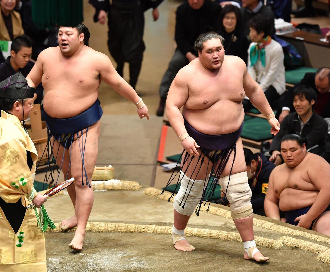 照ノ富士(右)は旭大星を寄り切りで破る(撮影・柴田隆二)