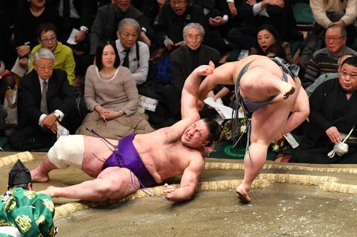 貴景勝(右)は栃ノ心を小手投げで破る(撮影・柴田隆二)