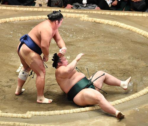 栃煌山(左)は豊山を肩すかしで破る(撮影・柴田隆二)
