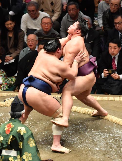 北勝富士(左)は遠藤を押し出しで破る(撮影・柴田隆二)