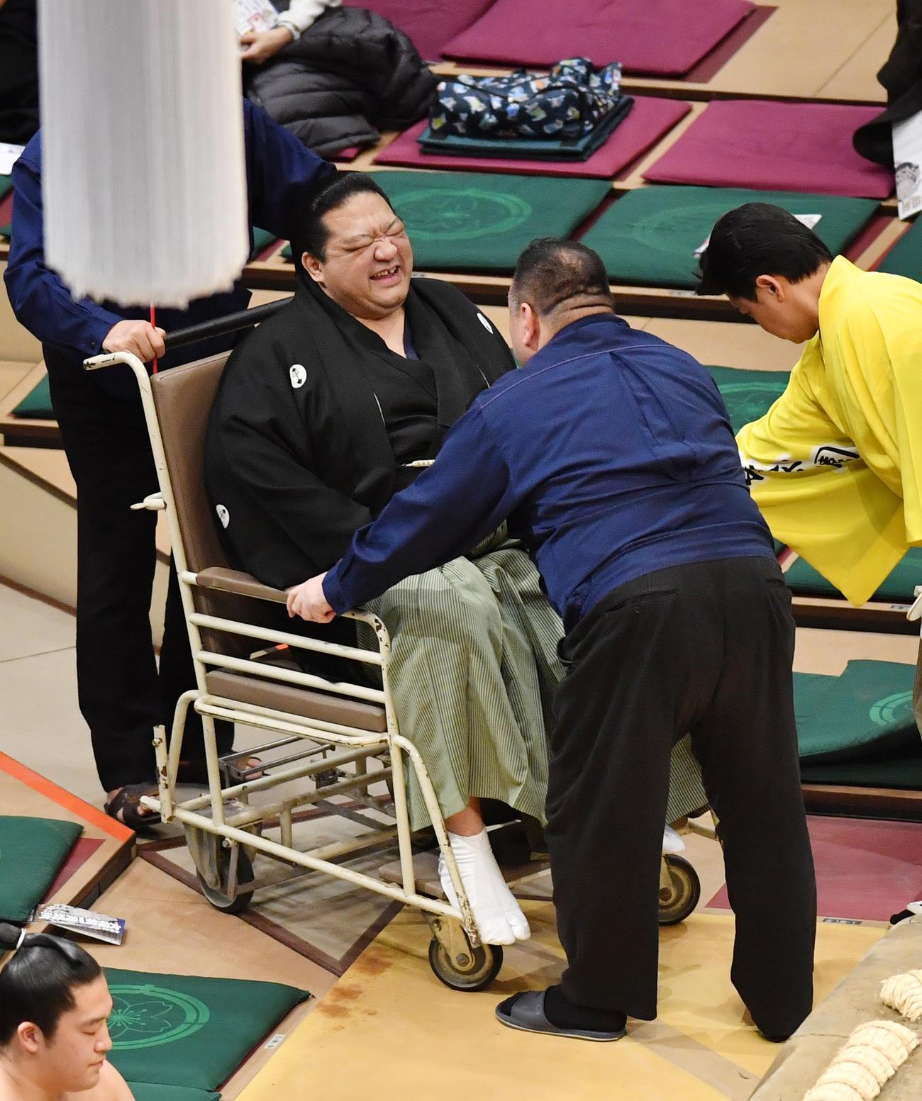 隠岐の富士と天風の取組の時、浅香山親方が力士と激突し負傷し車いすで運ばれる(撮影・柴田隆二)
