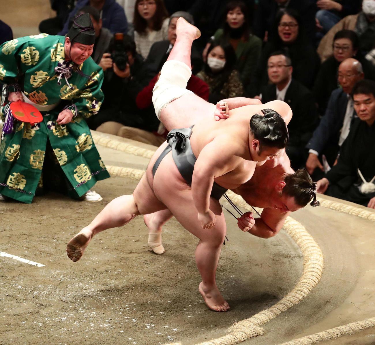栃ノ心を小手投げで破った貴景勝(左)(撮影・丹羽敏通)