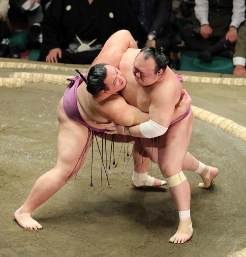 宝富士(右)を激しく攻める朝乃山(撮影・鈴木正人)