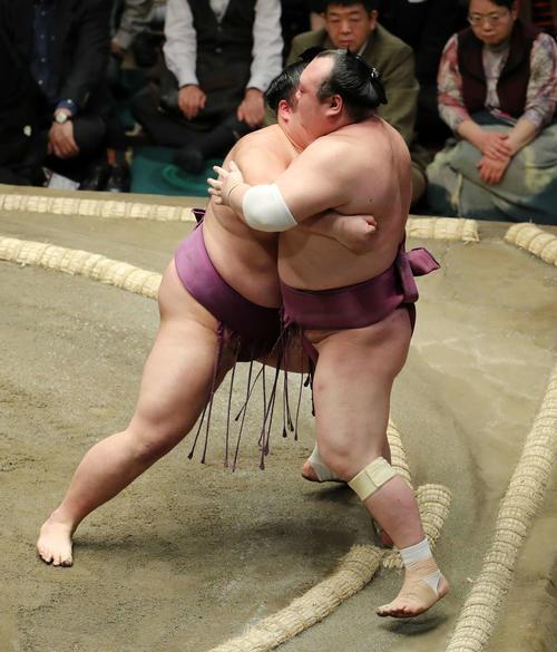宝富士(右)を寄り切りで破る朝乃山(撮影・鈴木正人)