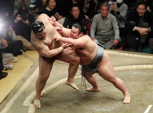 高安(左)を押し出しで破る貴景勝(撮影・鈴木正人)