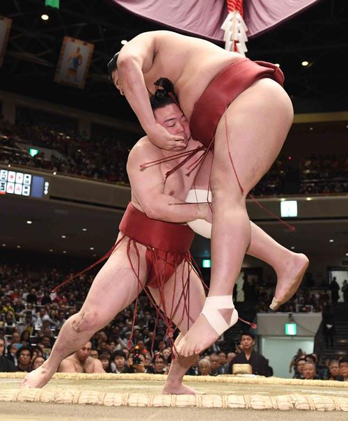 炎鵬(左)は阿炎の右足を狙い足取りで破る(撮影・小沢裕)