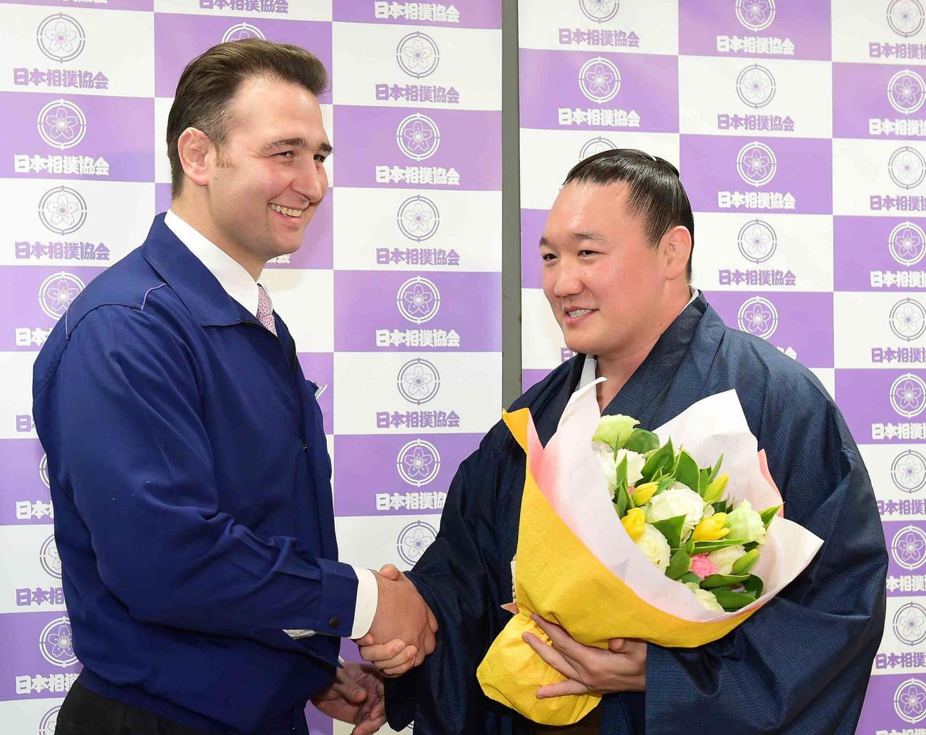引退会見を終えた荒鷲は同期の鳴戸親方(左)から花束贈呈を受ける(撮影・小沢裕)