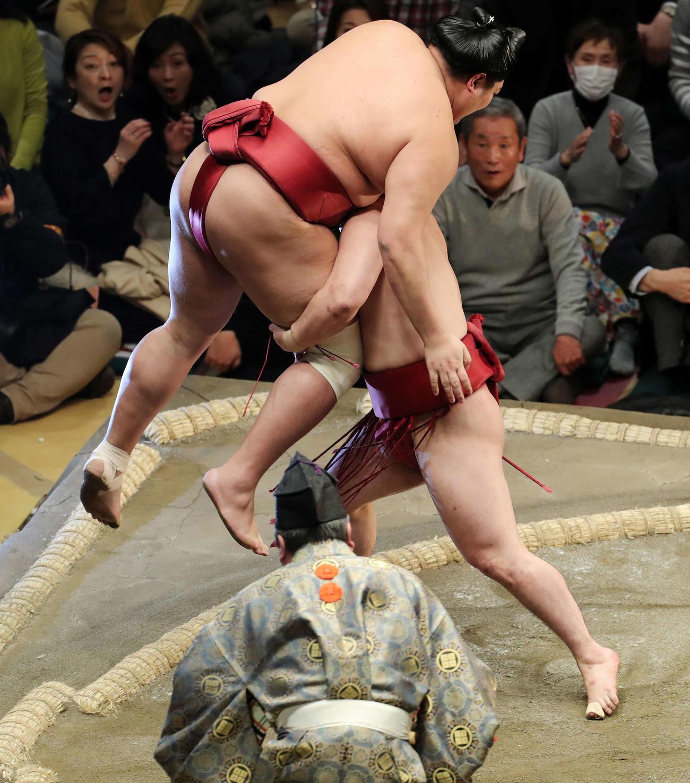 阿炎(左)を足取りで破る炎鵬(撮影・鈴木正人)