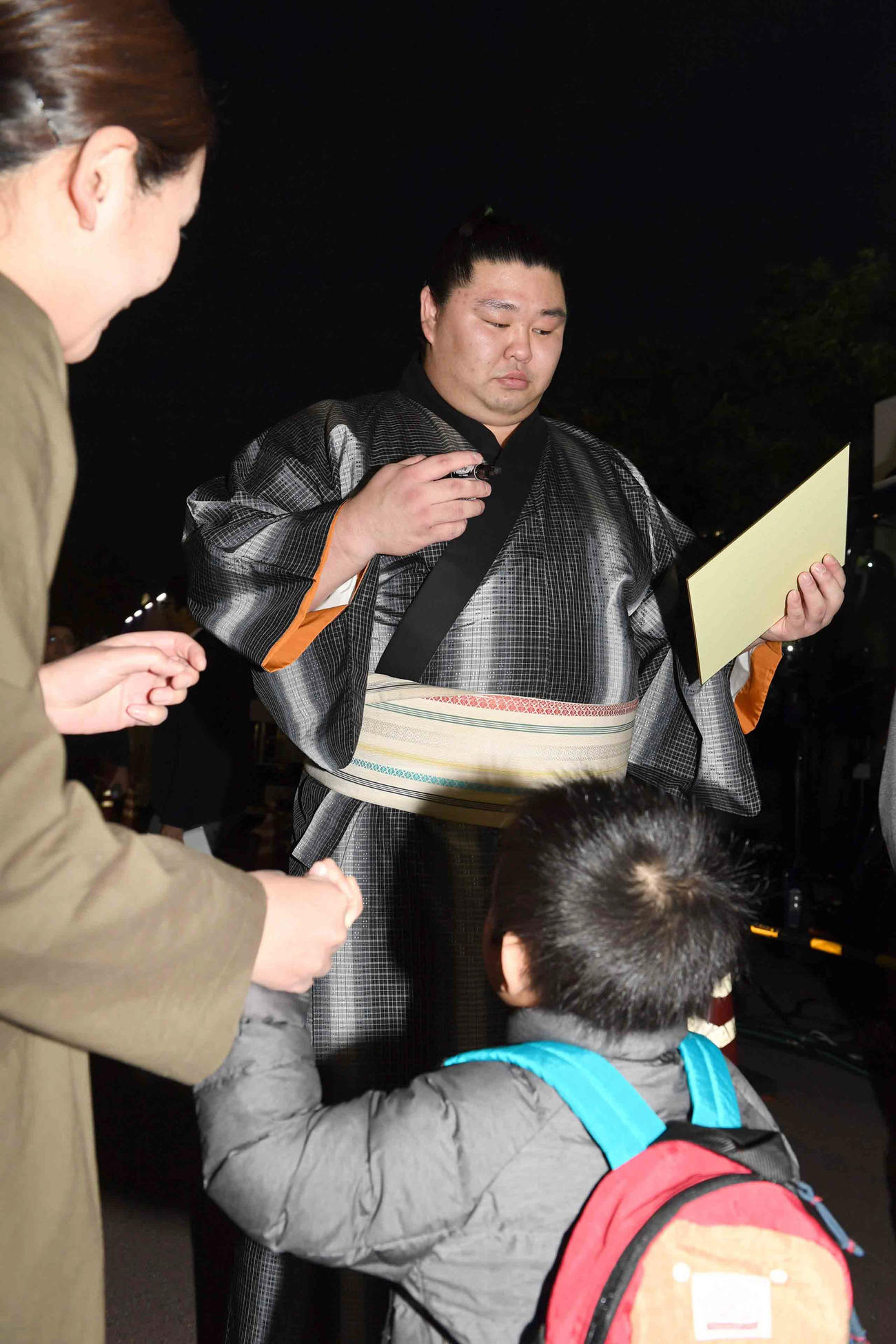 1敗を守った正代は観戦に訪れた子供ファンからのサインに応じる(撮影・小沢裕)