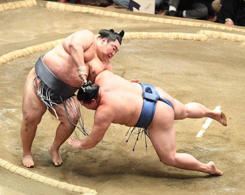 徳勝龍(左)は突き落としで正代を破る(撮影・小沢裕)