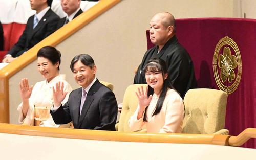 大相撲初場所14日目をご観戦される天皇皇后両陛下。右は内親王殿下愛子さま(撮影・小沢裕)