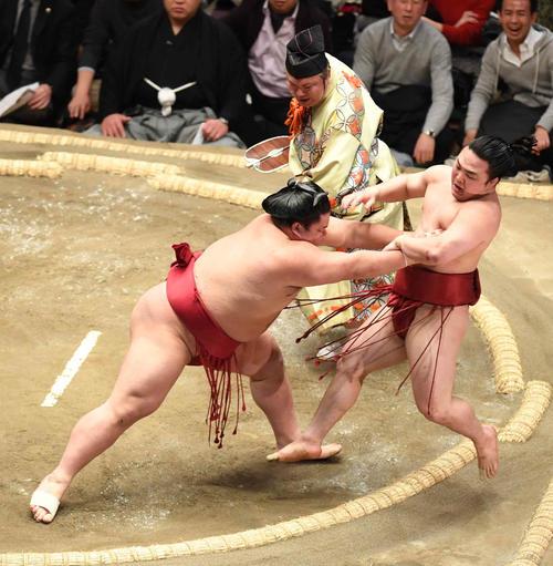 大栄翔(左)は突き出しで炎鵬を下す(撮影・小沢裕)