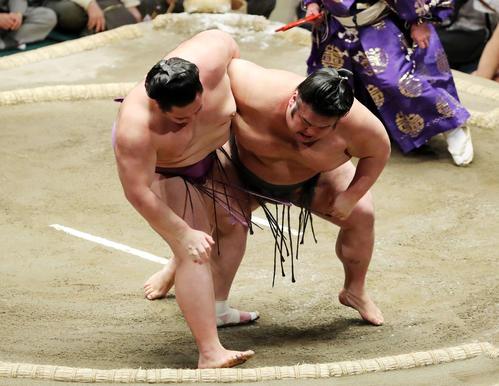 貴景勝(右)を上手投げで破る朝乃山(撮影・鈴木正人)
