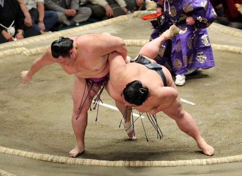 貴景勝(右)を上手投げ破る朝乃山(撮影・鈴木正人)