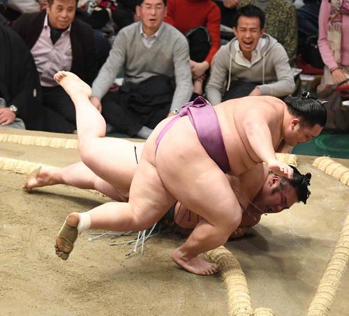 朝乃山は貴景勝(下)を上手投げで破る(撮影・小沢裕)