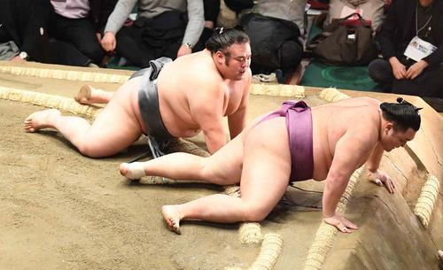 朝乃山は貴景勝(左)を上手投げで破る(撮影・小沢裕)