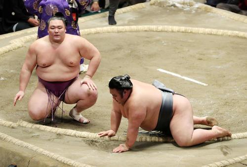 貴景勝(右)を上手投げ破った朝乃山(撮影・鈴木正人)