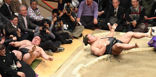 豪栄道(左)は寄り倒しで松鳳山に敗れる(撮影・小沢裕)