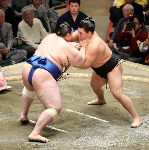 碧山(左)を激しく攻める霧馬山(撮影・鈴木正人)