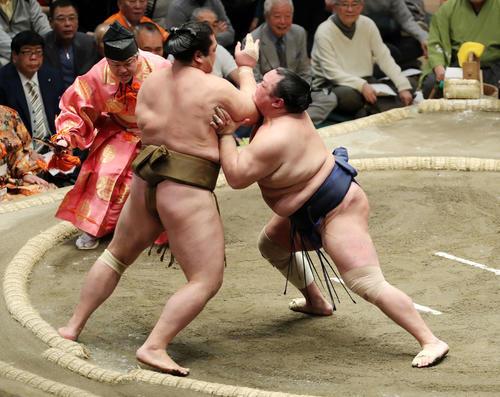 輝(左)を激しく攻める北勝富士(撮影・鈴木正人)
