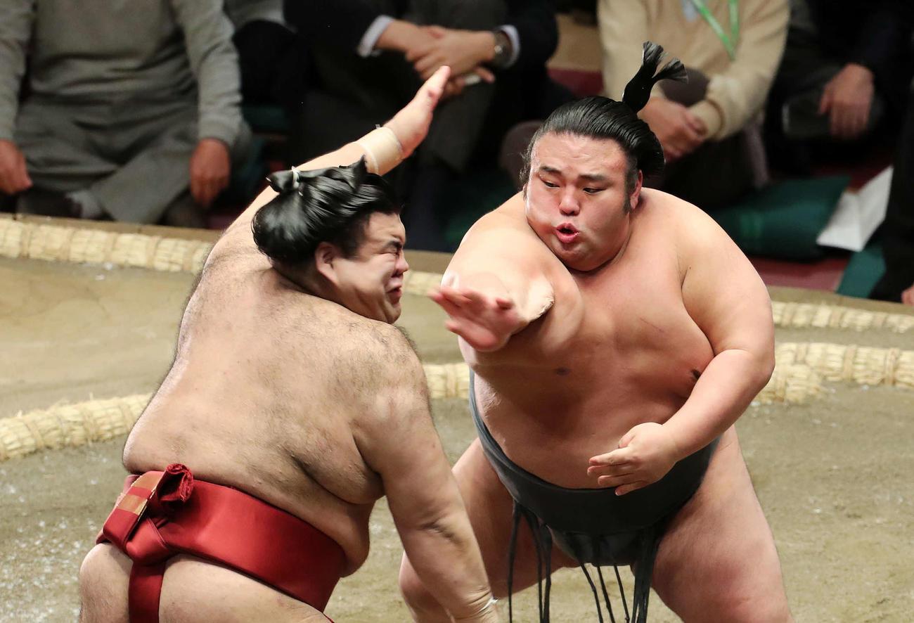 高安(左)を激しく攻める貴景勝(撮影・鈴木正人)