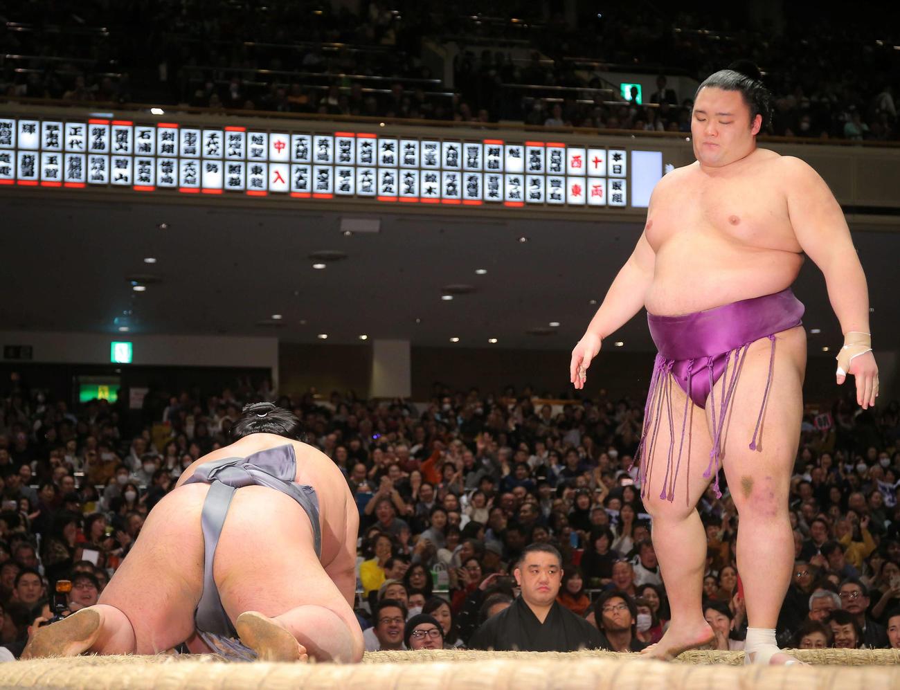 貴景勝(左)を上手投げで破る朝乃山(撮影・河田真司)