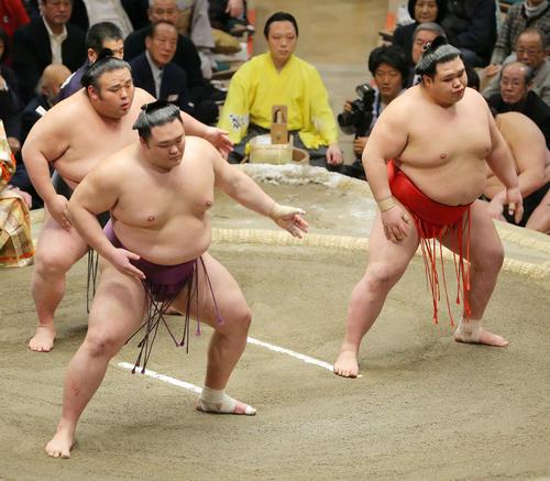 三役そろい踏みに臨む、左から貴景勝、朝乃山、阿武咲(撮影・河田真司)